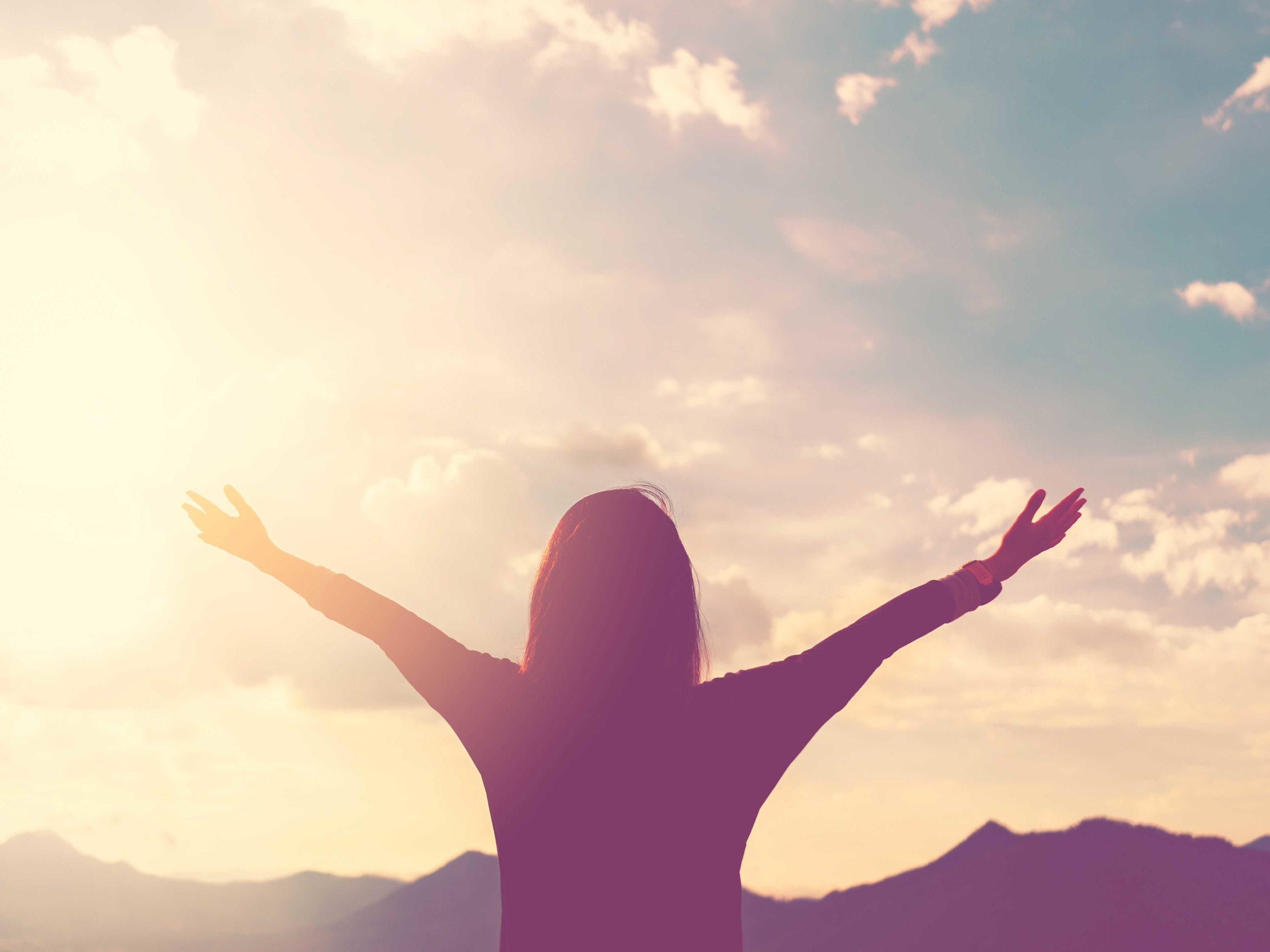 Frau mit offenen Armen, Motivation