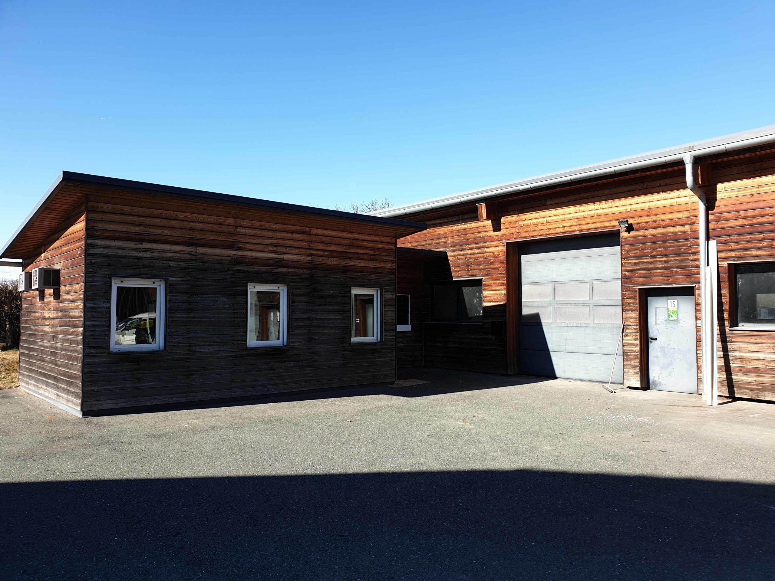 Außenansicht Halle mit Bürocontainer