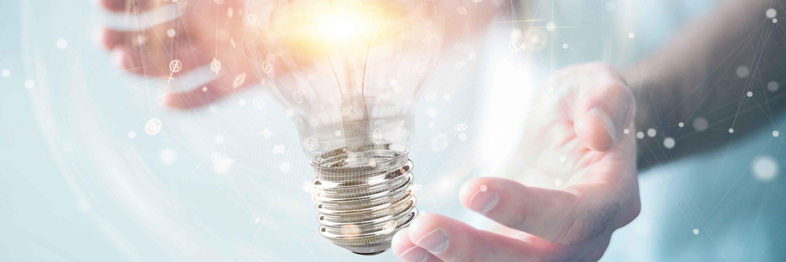 Hände halten Glühbirne, Innovation