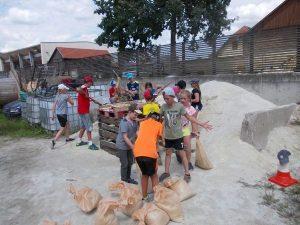 Dschungelcamp, Kinder entdecken Sandsäcke