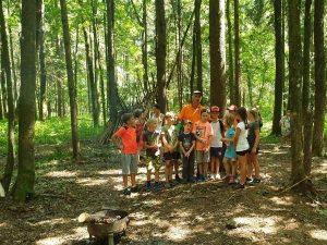 Dschungelcamp, Kinder stehen in einer Gruppe im Wald