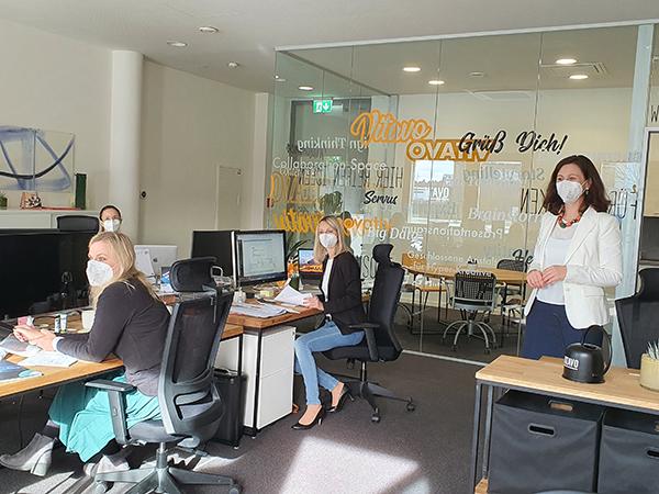 Neuer Mieter Vitavo im Büro mit seinen Mitarbeitern