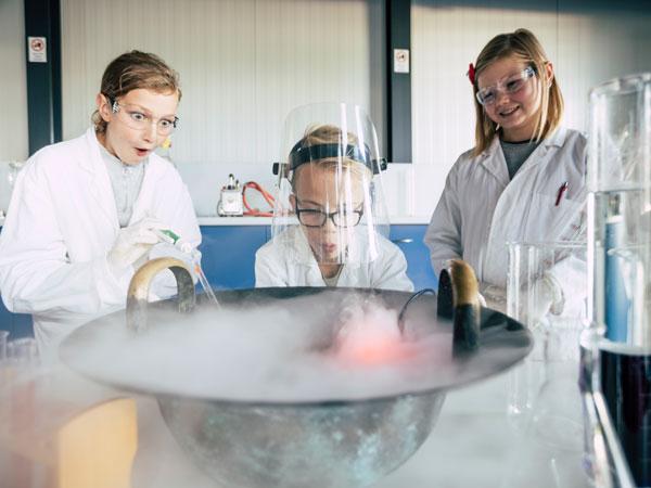 Schüler der DAVINCI Schule im Labor am Oekopark